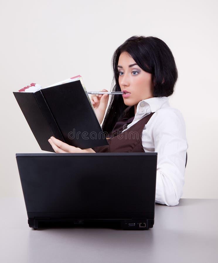 Junge attraktive Geschäftsfrau mit Feder stockbilder