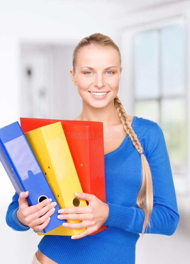 Junge attraktive Geschäftsfrau mit Ordnern stockfotos