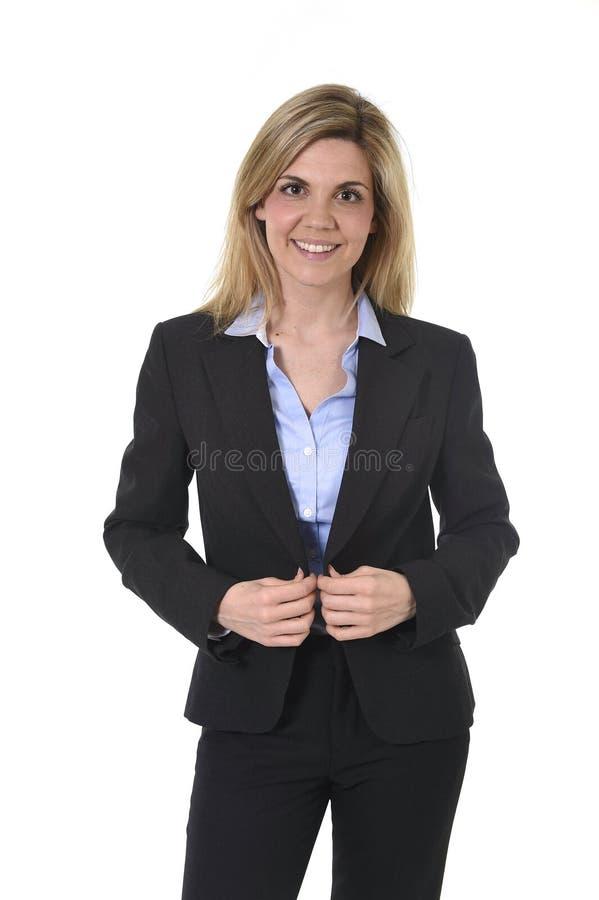 Junge attraktive glückliche Geschäftsfrau des Unternehmensporträts das überzeugte Lächeln aufwerfend und entspannt stockfotografie