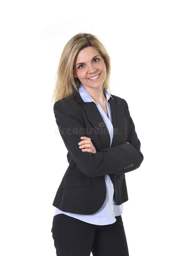 Junge attraktive glückliche Geschäftsfrau des Unternehmensporträts das überzeugte Lächeln aufwerfend und entspannt lizenzfreies stockfoto