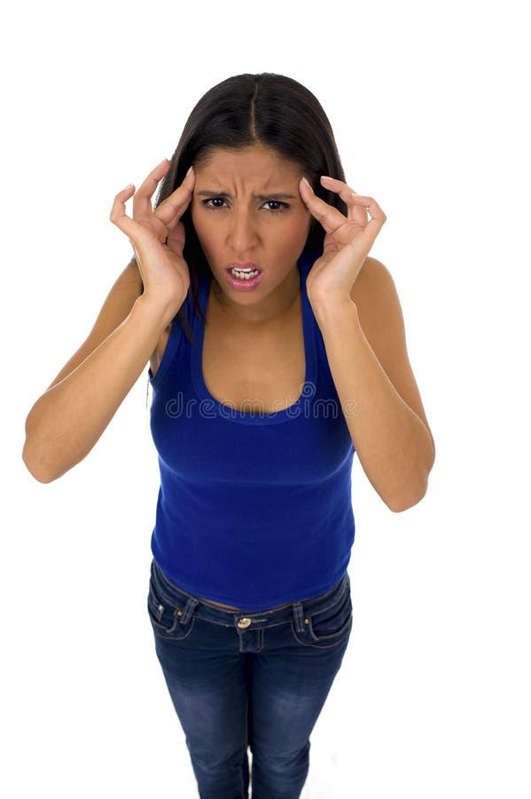 Junge attraktive lateinische Frau, die ihren Kopf in leidenden Kopfschmerzen und Migräne des Druckes hält stockbilder