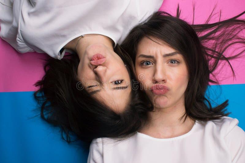 Junge attraktive Mädchen, die Gesichter an der Kamera machen stockfotos