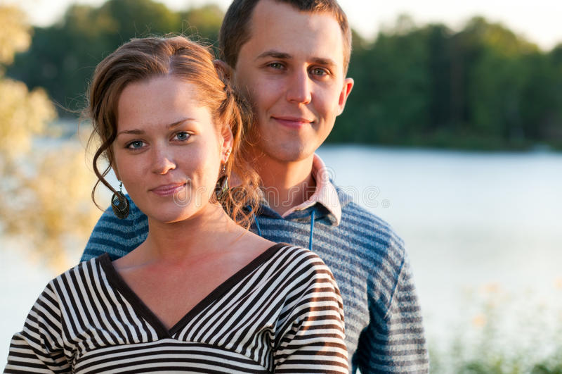 Junge attraktive Paare stockbilder