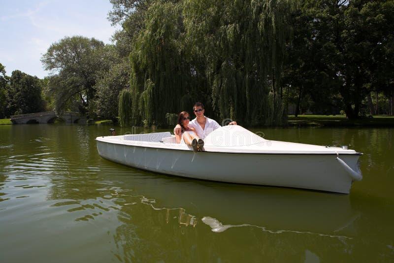 Junge attraktive Paare auf Boot lizenzfreies stockfoto