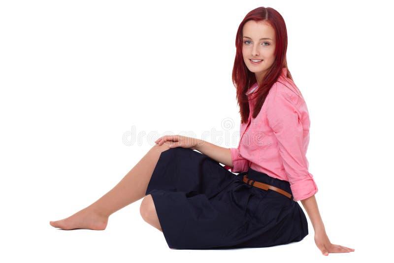 Junge attraktive Redheadfrau im rosafarbenen Hemd lizenzfreies stockbild
