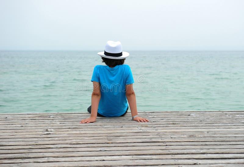 Download Junge auf dem Pier stockbild. Bild von reise, landschaft - 26355159
