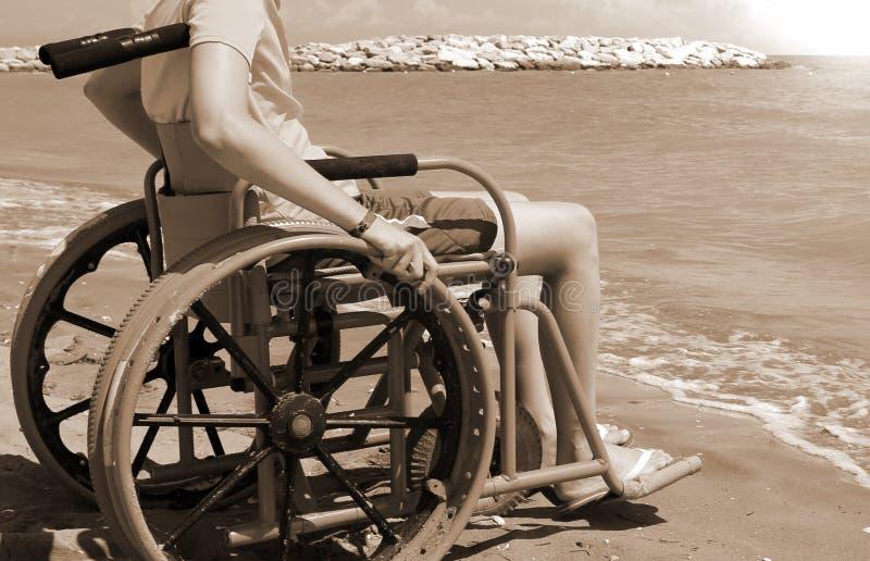 Junge auf dem Rollstuhl mit getontem Effekt der Weinlese Sepia lizenzfreies stockfoto