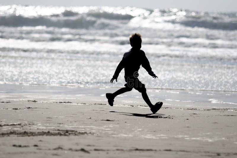 Junge auf dem Strand lizenzfreies stockbild
