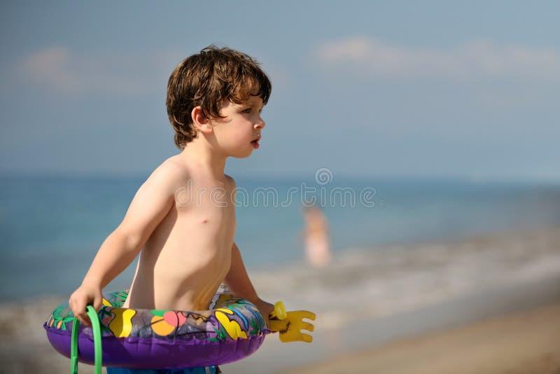 Junge auf dem Strand stockbild