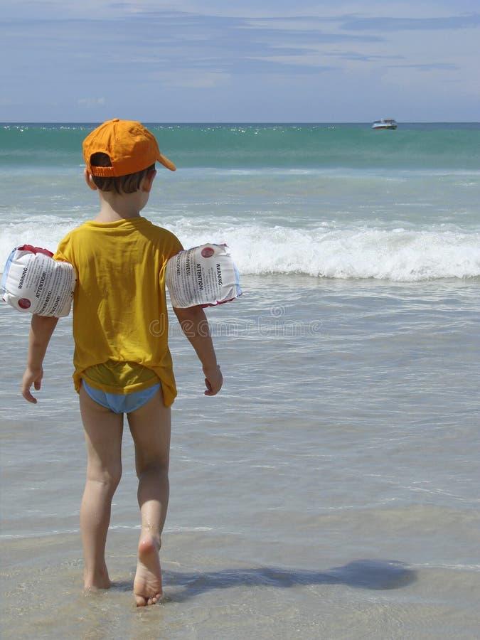 Junge auf dem Strand. Thailand, Phuket lizenzfreie stockfotos