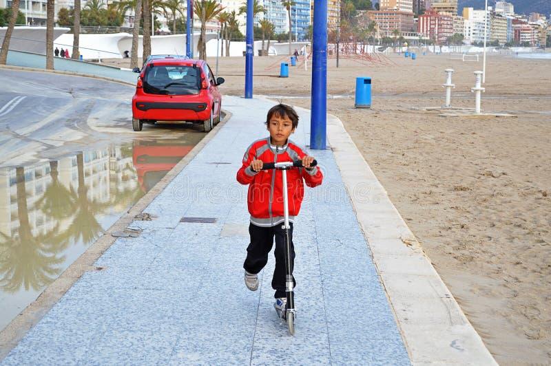 Junge auf einem Roller lizenzfreie stockfotografie