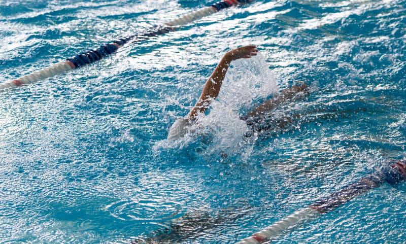 Junge auf einem Schwimmen in einem Sportbecken lizenzfreies stockbild