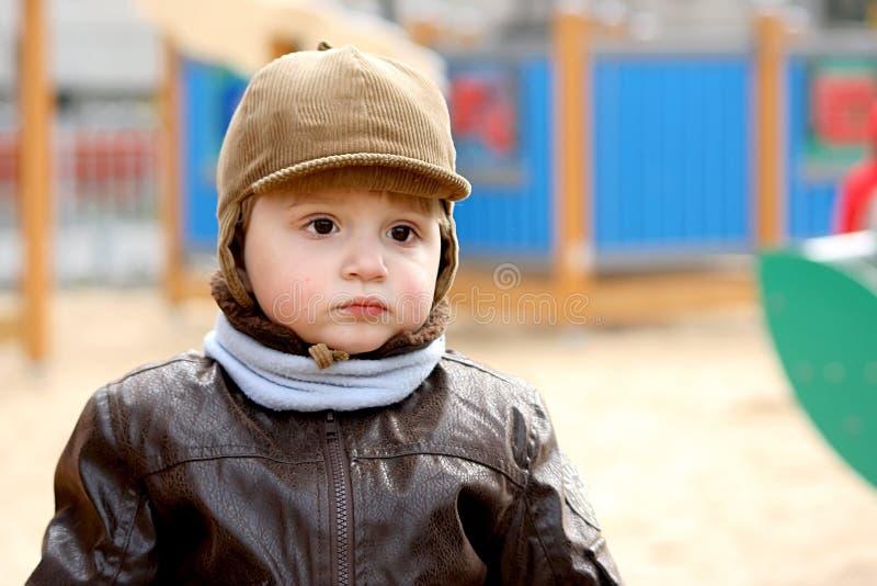 Junge auf einem Spielplatz. lizenzfreie stockbilder