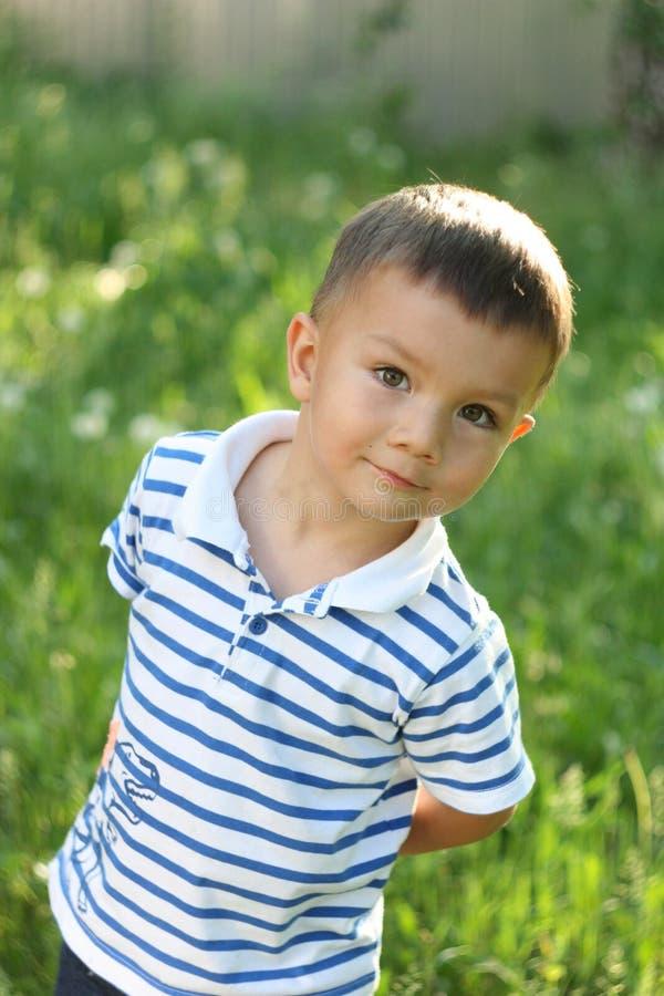Junge auf einer grünen Lichtung stockbilder
