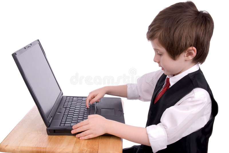 Junge auf einer Laptop-Computer stockbild