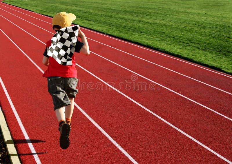 Junge Auf Einer Rennbahn Lizenzfreie Stockfotografie