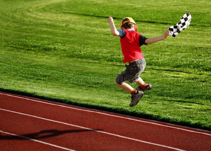 Junge Auf Einer Rennbahn Stockbild