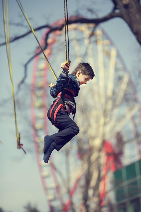 Junge auf einer Trampoline stockbild
