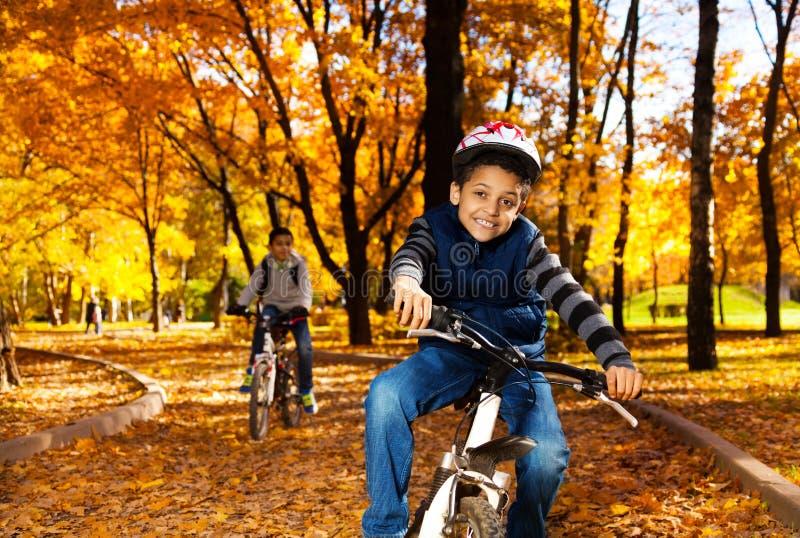 Junge auf Fahrradfahrt mit Bruder stockfotos