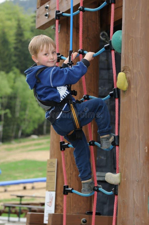 Junge auf hohem Seil stockbild