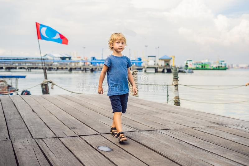 Junge auf Holzbrücke-Clan Tan Jetty in George Town, Penang stockfoto