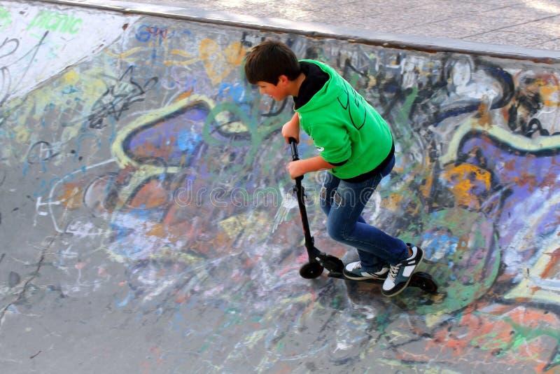 Junge auf Rochenpark stockfoto
