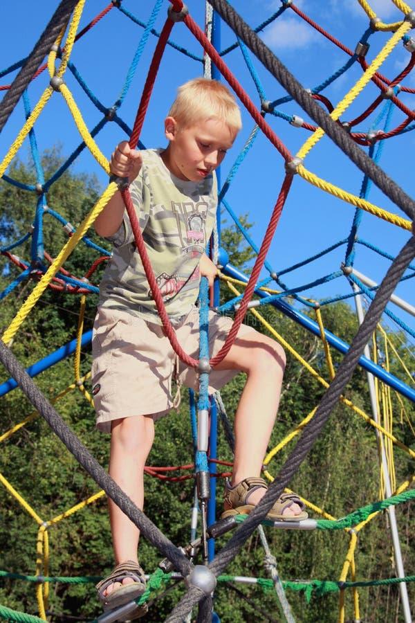 Junge auf Seilen stockfotografie