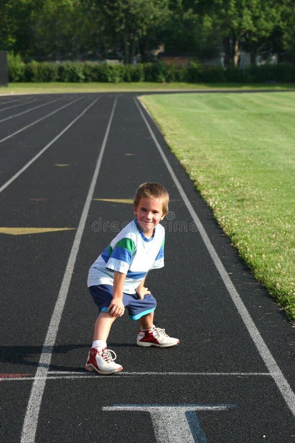 Junge auf Spur stockfoto