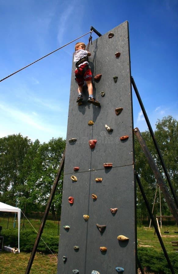 Junge auf steigender Wand lizenzfreies stockfoto