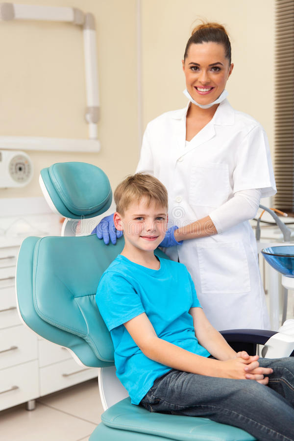 Junge auf Zahnarztstuhl lizenzfreies stockfoto