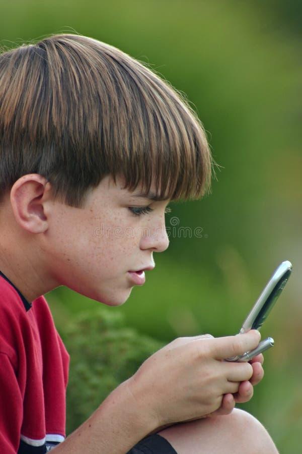 Junge auf Zelle stockfotos