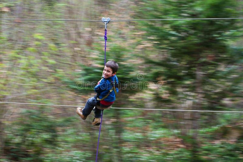 Junge auf Ziplinie stockbilder