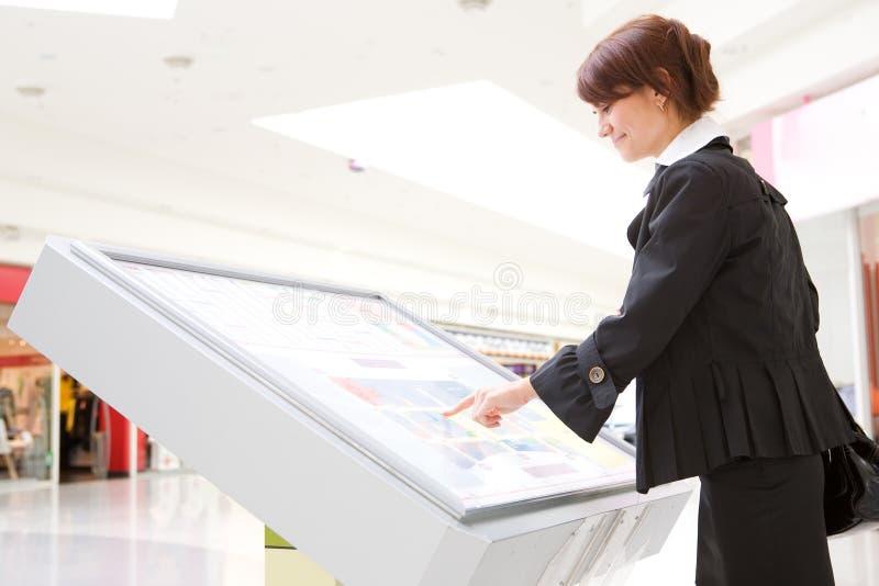 Junge auserwählte Waren der Geschäftsfrau lizenzfreies stockfoto