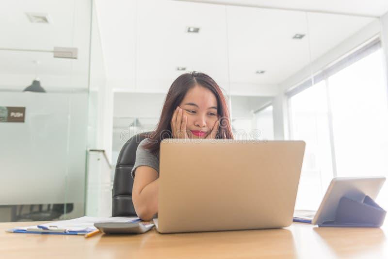 Junge Bürodame müde und über die Finanzprobleme betont stockfoto