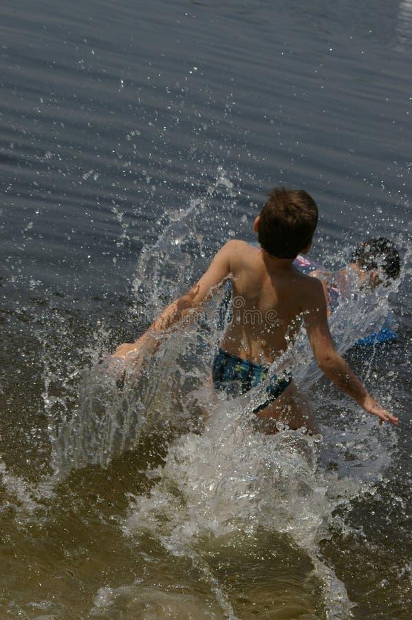 Junge baden im Fluss Dnepr lizenzfreies stockbild