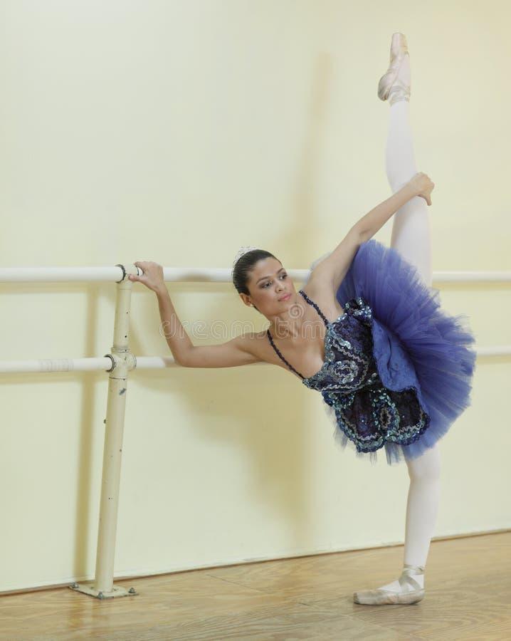 Junge Ballerina auf dem Stab stockfotos