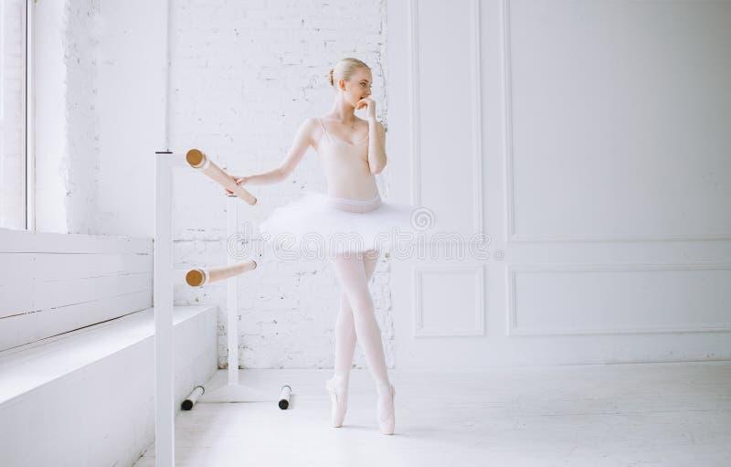 Junge Ballerina in der Ballettklasse lizenzfreie stockbilder