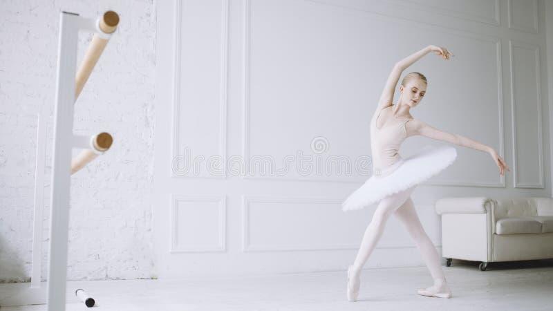 Junge Ballerina in der Ballettklasse lizenzfreies stockfoto