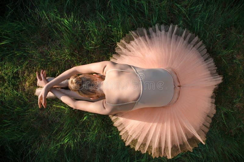 Junge Ballerina, die aus den Grund sich entspannt und meditiert stockfotos