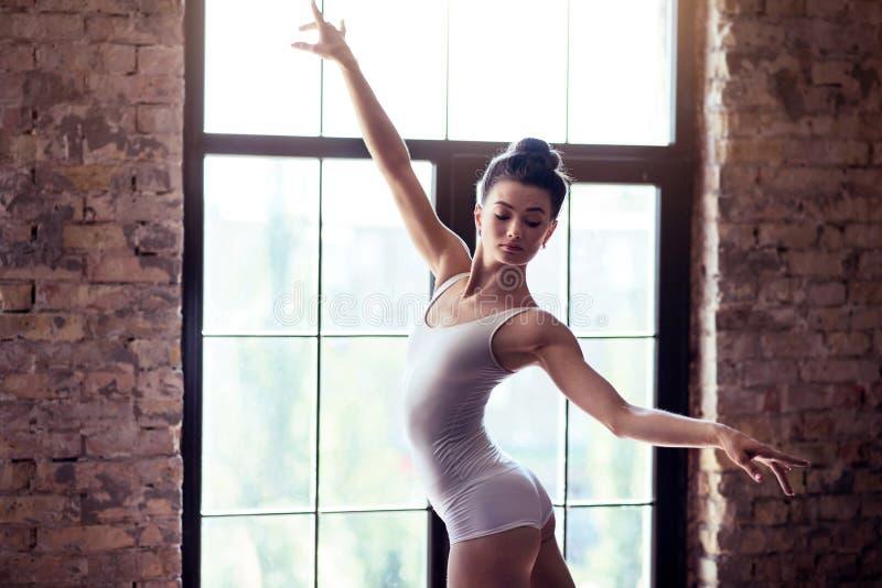 Junge Ballerina, die an ihrem Choreografie arbeitet lizenzfreies stockfoto