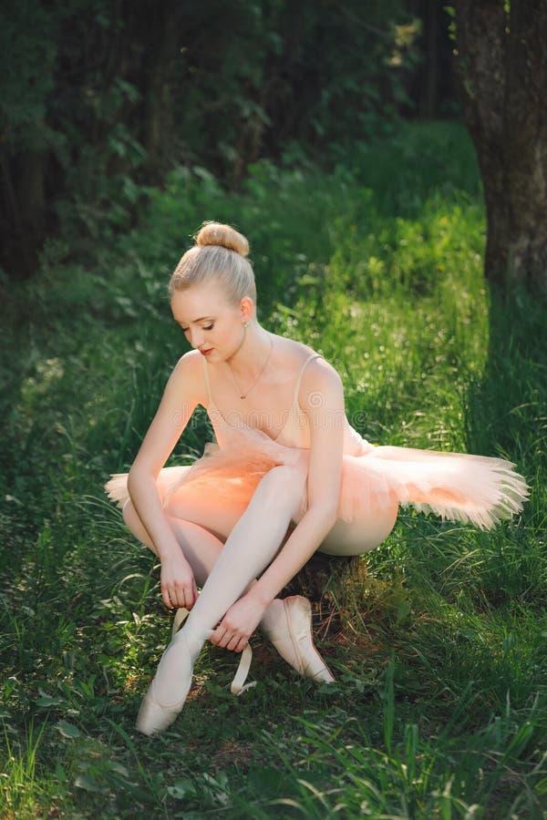 Junge Ballerina, die sich draußen für Tanz vorbereitet lizenzfreies stockbild
