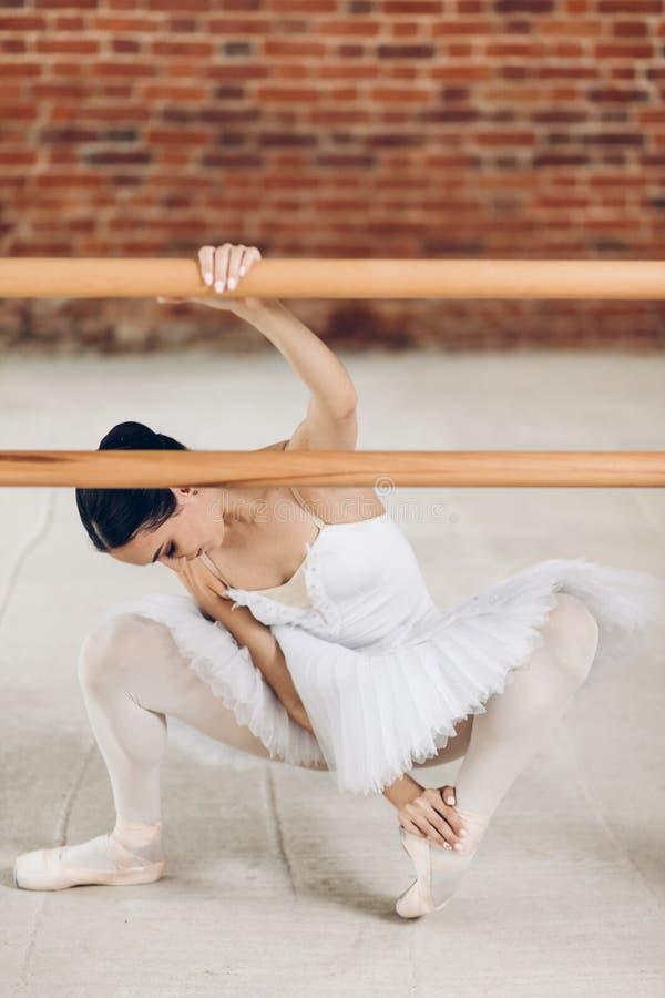 Junge Ballerina hat Probleme mit den Beinen krankheit lizenzfreies stockbild