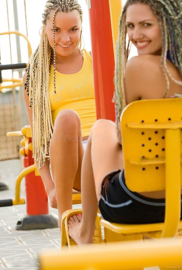 Junge Baumuster, die auf Eignungspielplatz ausarbeiten lizenzfreies stockbild