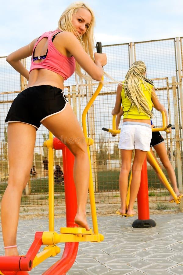 Junge Baumuster, die auf Eignungspielplatz ausarbeiten stockfoto