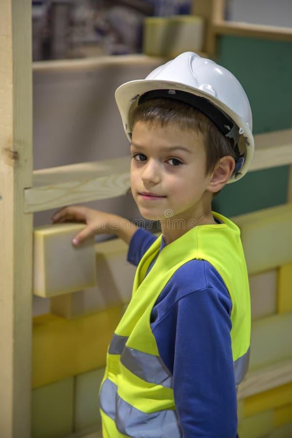 Junge baut ein Haus auf stockfoto