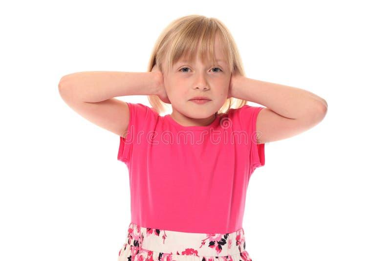 Junge Bedeckungohren des kleinen Mädchens lizenzfreie stockbilder