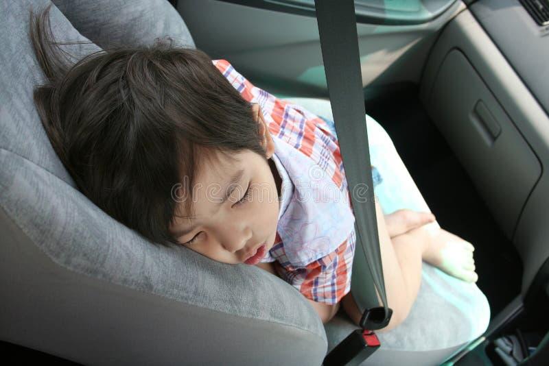 Junge befestigen das Sicherheitsgurtschlafen stockfotos
