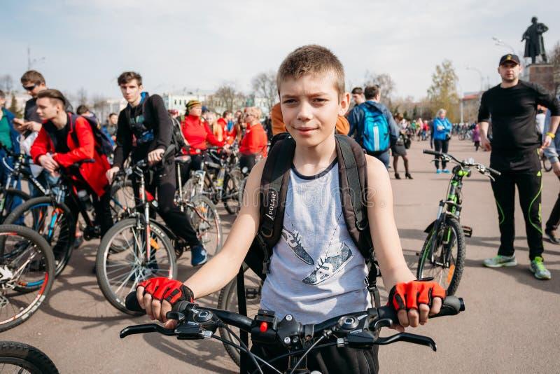 Junge bei der Eröffnung der Radfahrenjahreszeit in Gomel, Weißrussland stockfoto