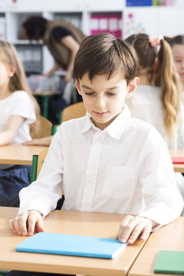 Junge bereit zu studieren stockfoto