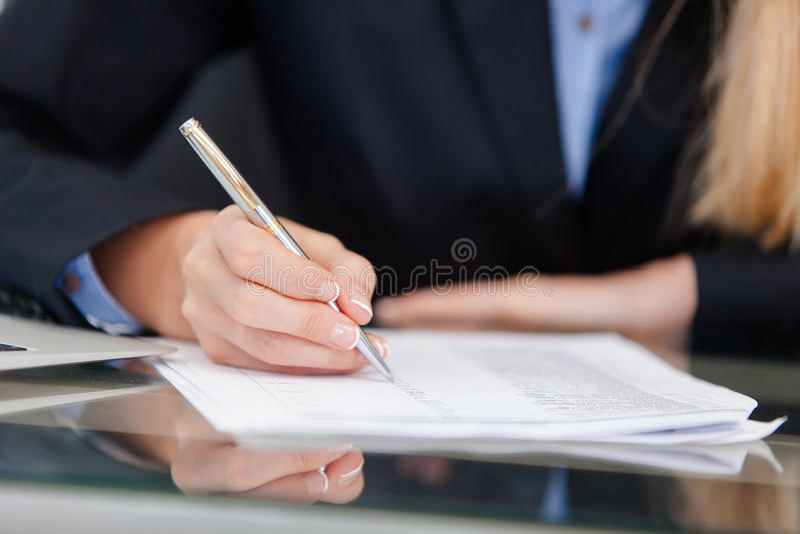 Junge Berufsgeschäftsfrau, die am Schreibtisch arbeitet lizenzfreie stockfotografie